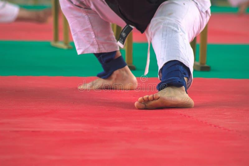 Man i vit kimonoutbildningskarate royaltyfri foto