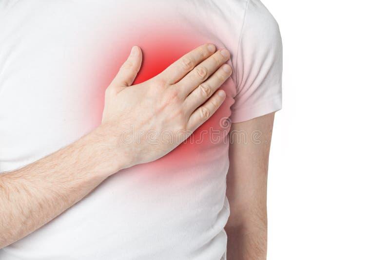 Man i vit t-shurt som har hjärta att smärta Mannen som rymmer hans hand till hans br?stkorg och har hj?rta, sm?rtar royaltyfria foton