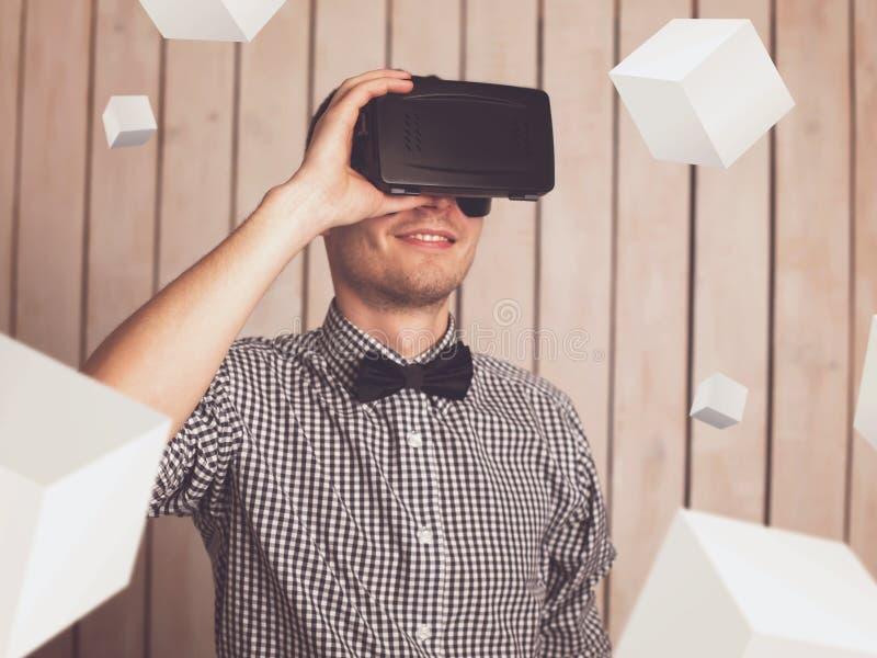 Man i VR-exponeringsglas arkivfoto