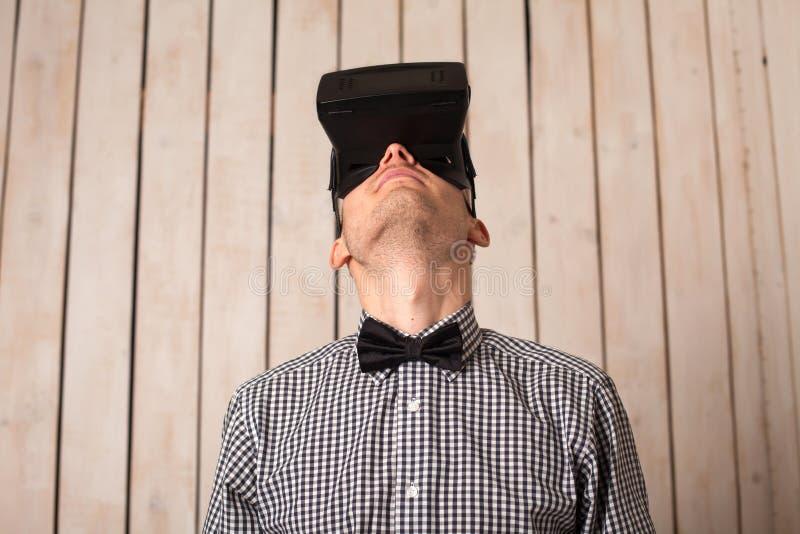 Man i VR-exponeringsglas royaltyfri fotografi