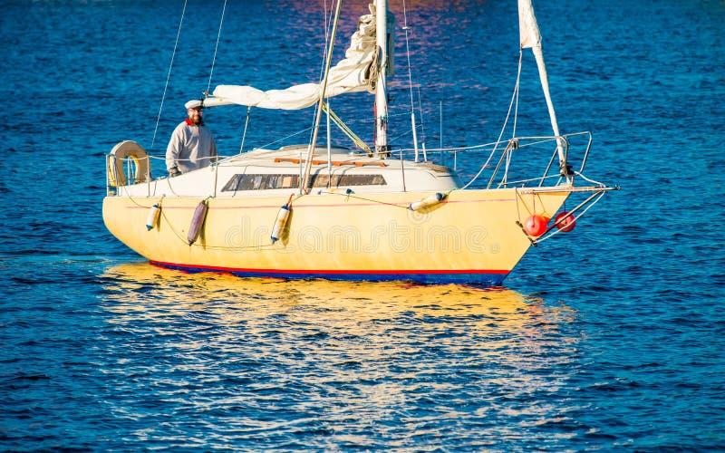 Man i yacht arkivbilder