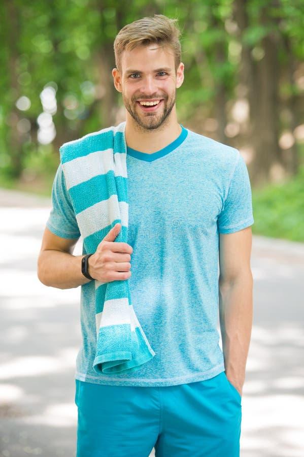 Man idrottsman nen med handduken, når du har kört som är utomhus-, naturbakgrund Idrotts- manutbildning parkerar in Sport och gen arkivfoton