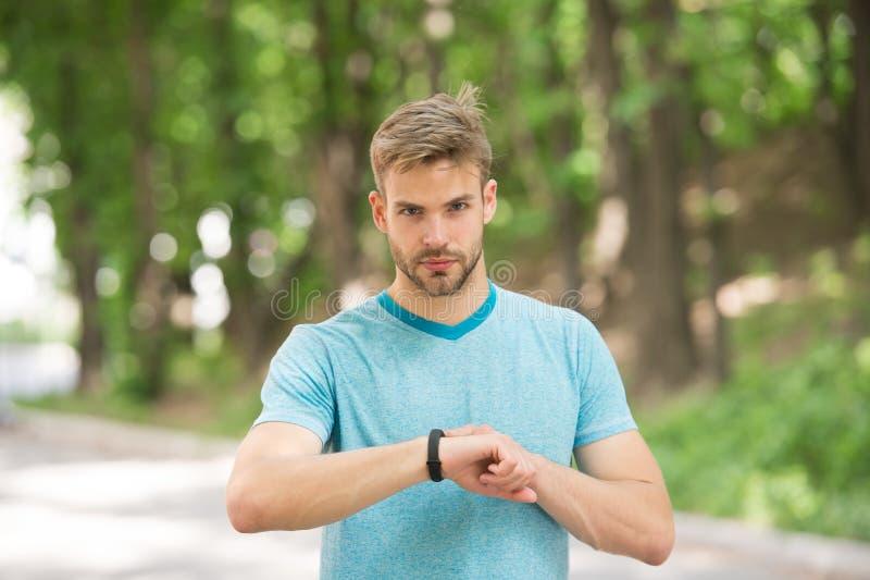 Man idrottsman nen på strikt framsidainställning - upp konditionbogseraren, naturbakgrund Idrottsman nen med borstet med konditio arkivfoto