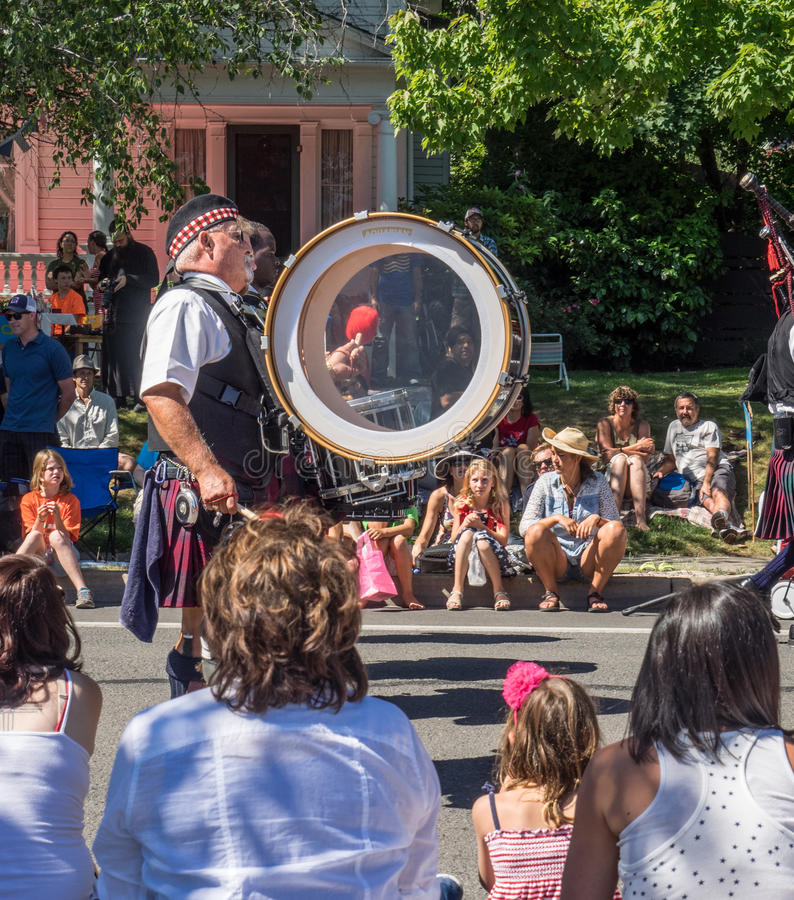 Free Man In Kilts Plays A Drum In Parade Stock Photo - 86556500