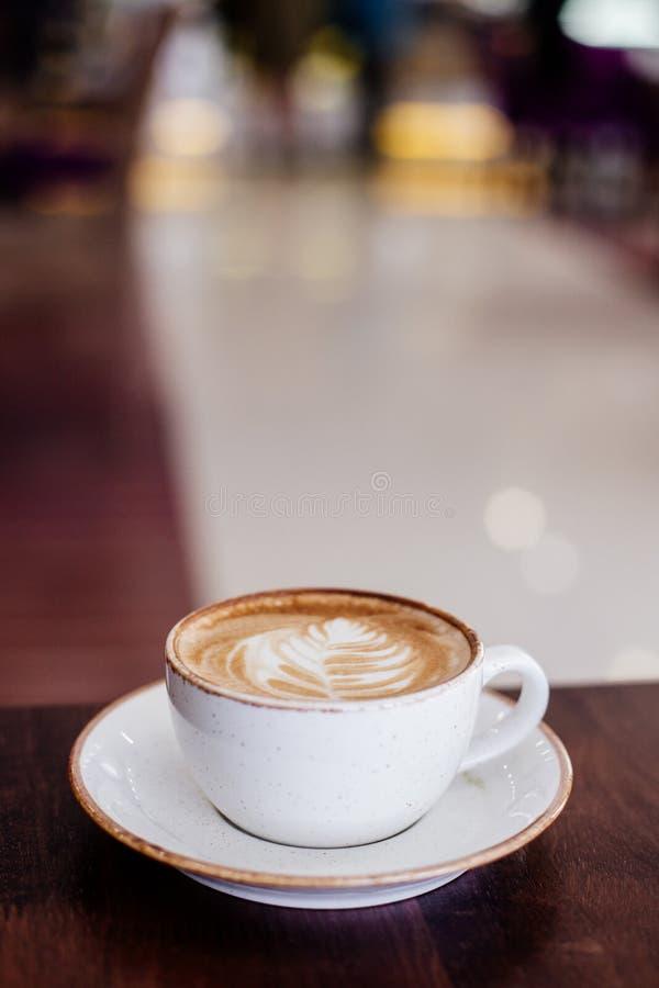Man kuper av cappuccino royaltyfria foton