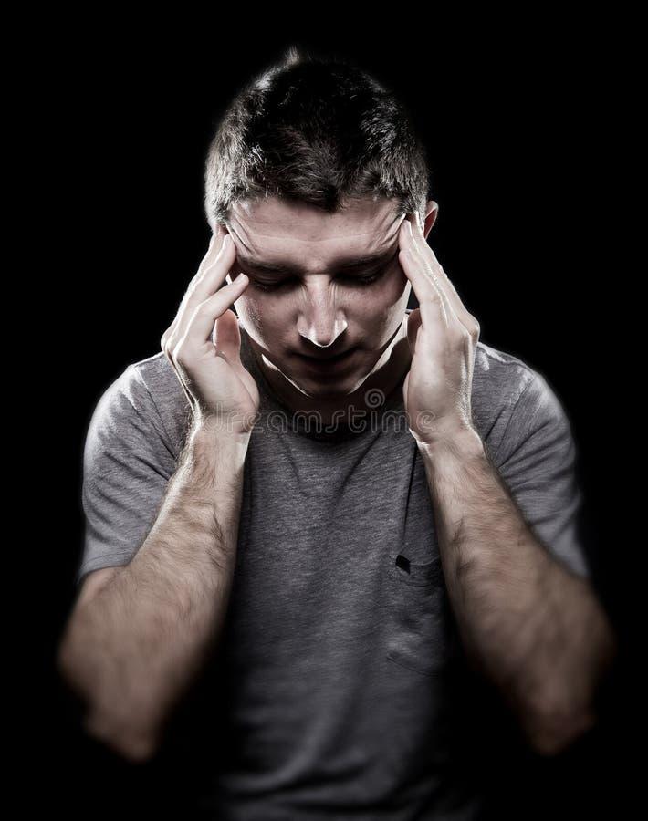 Man lidandemigränhuvudvärken smärtar in känsligt sjukt med händer på tempo royaltyfri bild