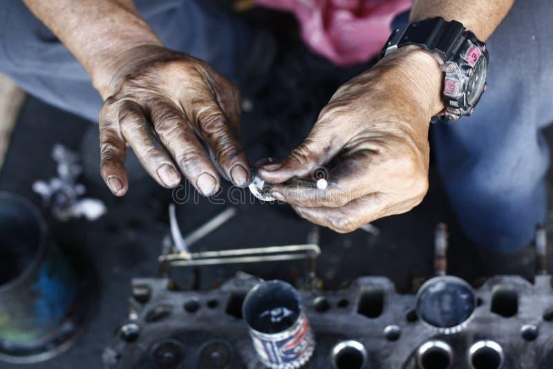 man& x27; mani di s, lubrificanti ed ungenti le valvole immagine stock