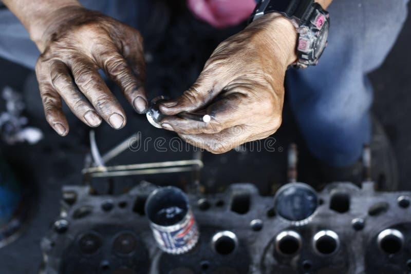 man& x27; mani di s, lubrificanti ed ungenti le valvole fotografie stock