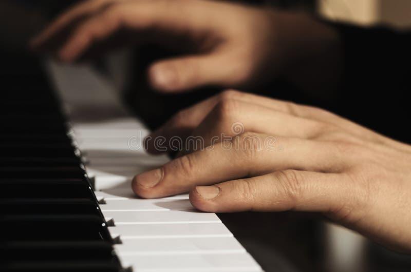 Man& x27; manos de s que juegan el piano fotografía de archivo libre de regalías