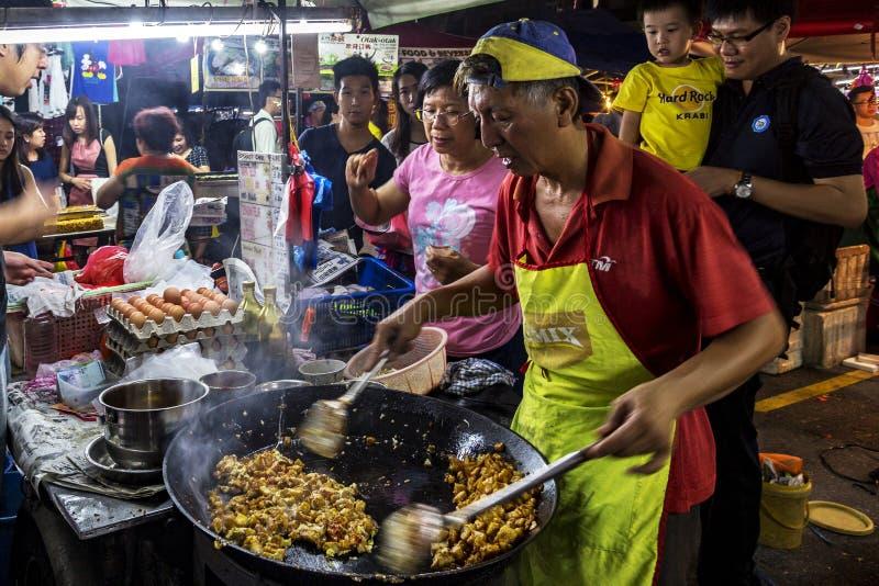 Man matlagningriskakan på PJ Pasar Malam arkivbilder