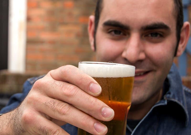 Man med öl royaltyfri fotografi