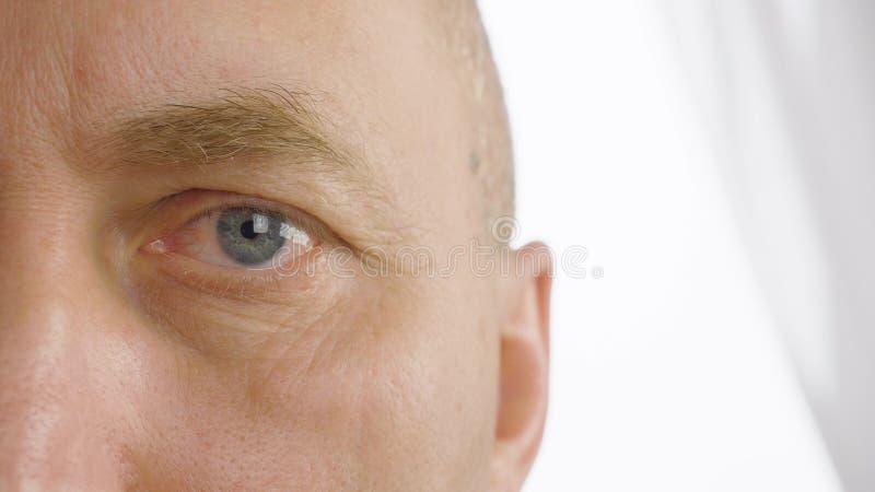 Man med öppnade ögon som tätt blinkar upp Vision synförmåga, oftalmologi royaltyfri fotografi
