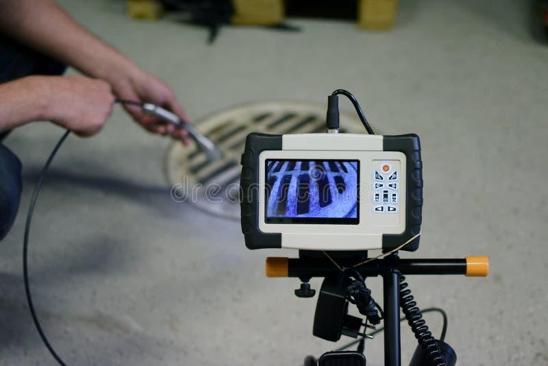 Man med avkloppkameran fotografering för bildbyråer