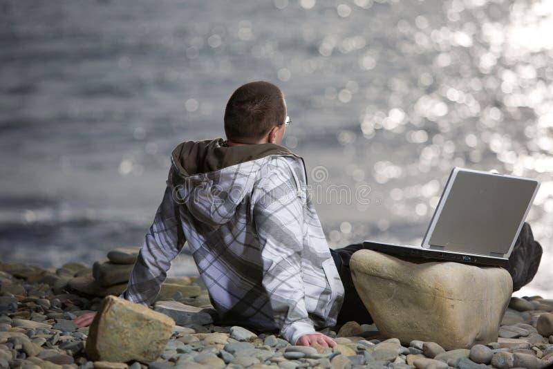 Man med bärbar dator royaltyfria foton
