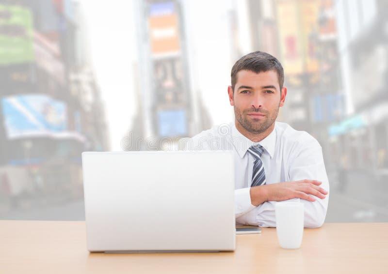 Man med bärbara datorn mot ljus stadsbakgrund arkivfoton