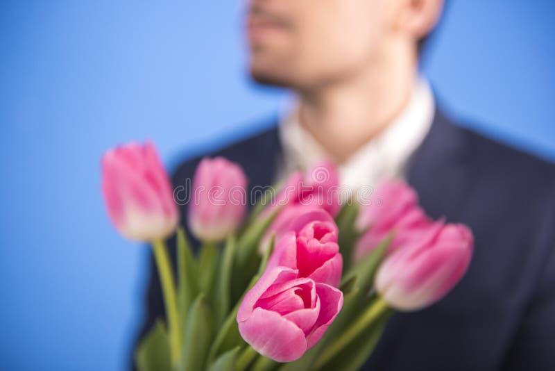 Man med blommor arkivbilder