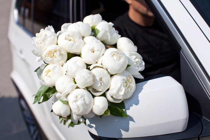 Man med blommor arkivfoton
