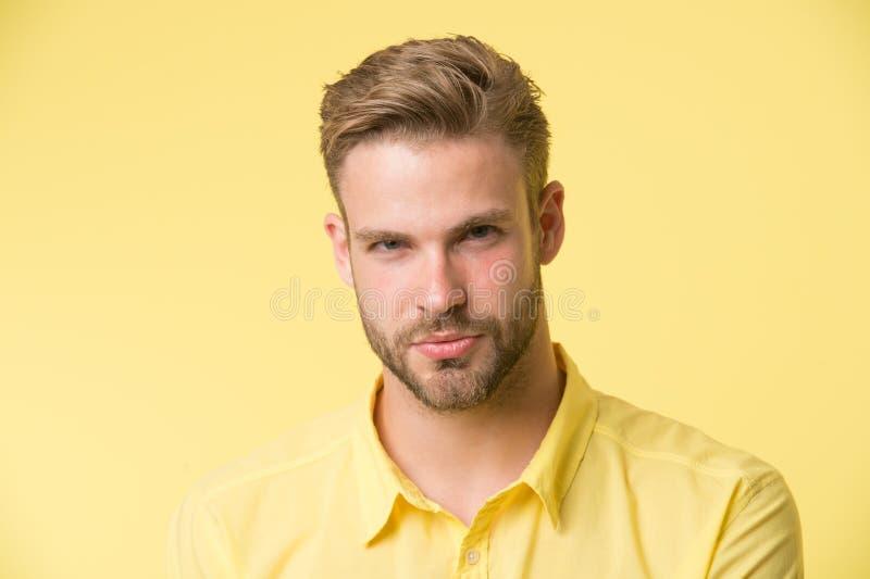Man med borstet på den säkra framsidan, gul bakgrund Begrepp för hudomsorg Mannen med skägget eller den orakade grabben ser stili royaltyfria bilder