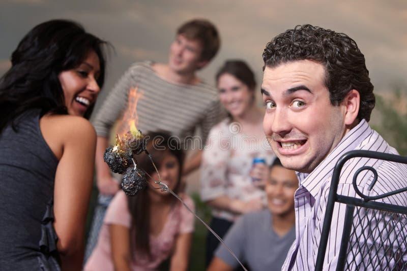 Man med Burning Marshmallows royaltyfri foto
