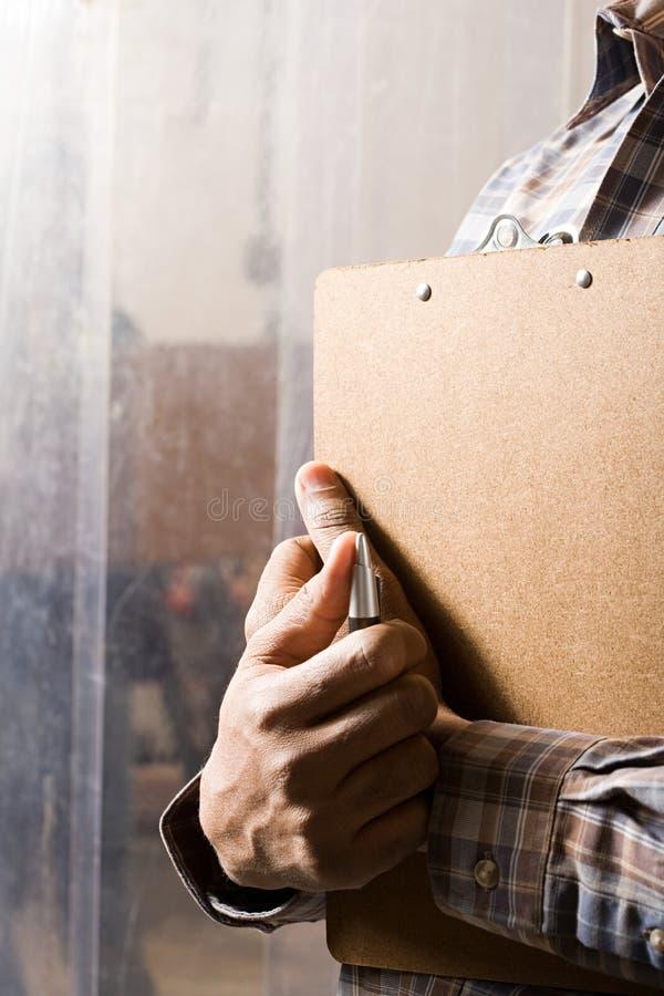 Man med clipboarden royaltyfri bild