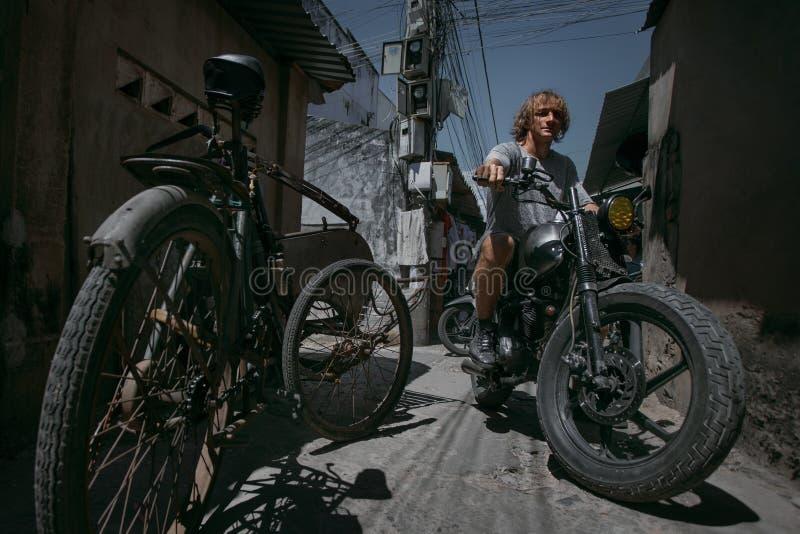Man med cykeln arkivbilder
