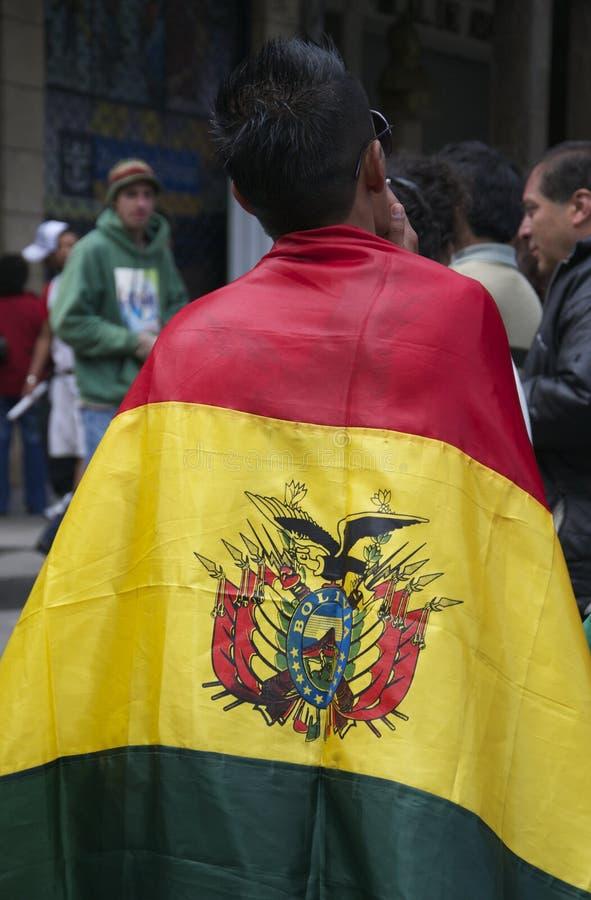 Man med den bolivianska flaggan royaltyfria bilder