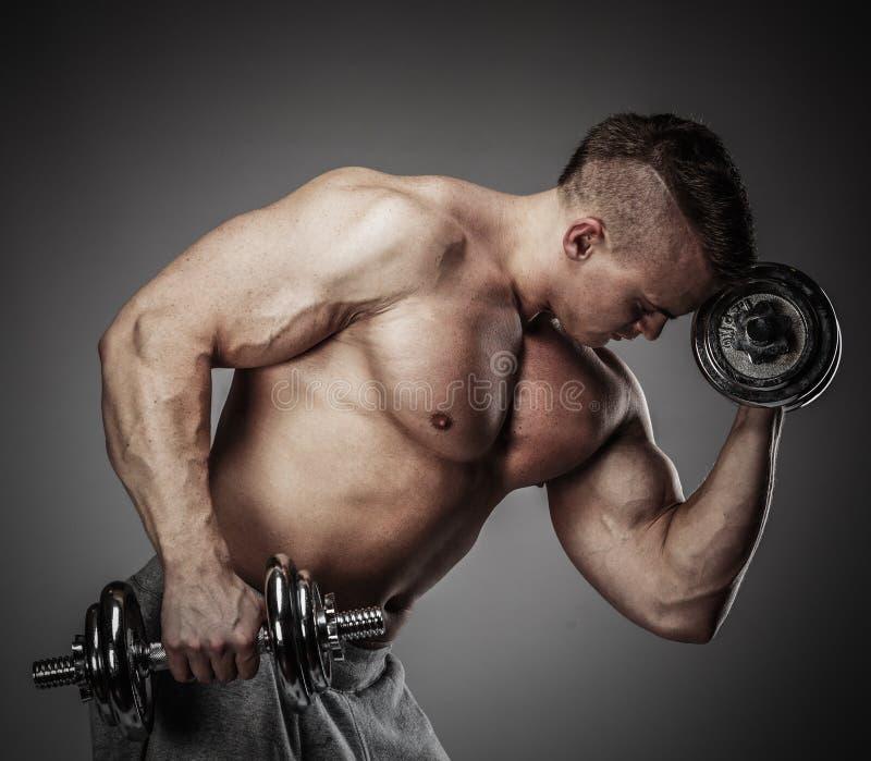 Man med den muskulösa torson royaltyfria bilder
