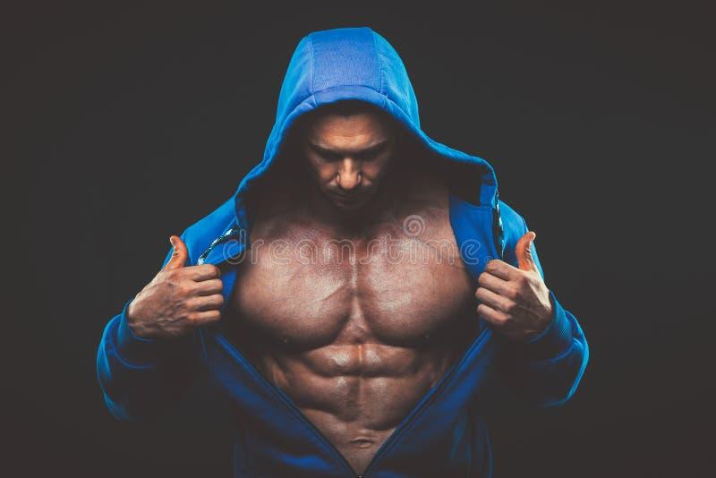 Man med den muskulösa torson Stark idrotts- mankonditionmodell royaltyfria foton