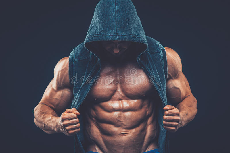 Man med den muskulösa torson Stark idrotts- mankonditionmodell royaltyfri fotografi