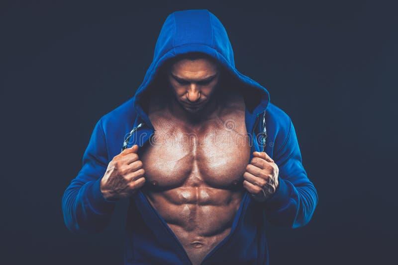 Man med den muskulösa torson Stark idrotts- mankonditionmodell royaltyfri foto