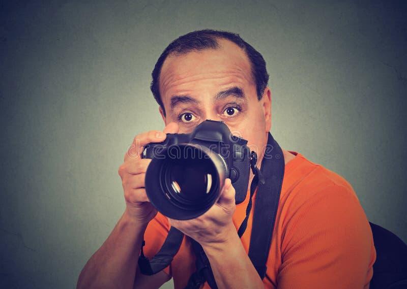 Man med den yrkesmässiga dslrkameran arkivfoton