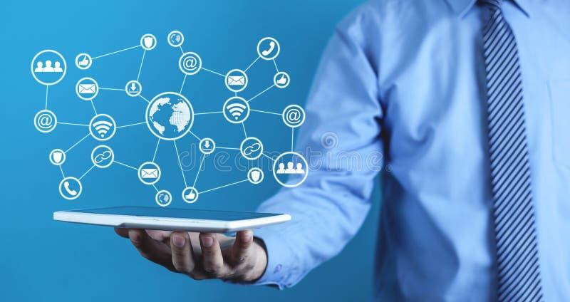 Man med det internationella nätverket och sociala massmediasymboler Technolog royaltyfria foton