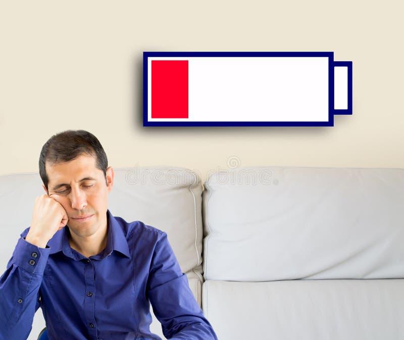 Man med det låga batteriet arkivbild
