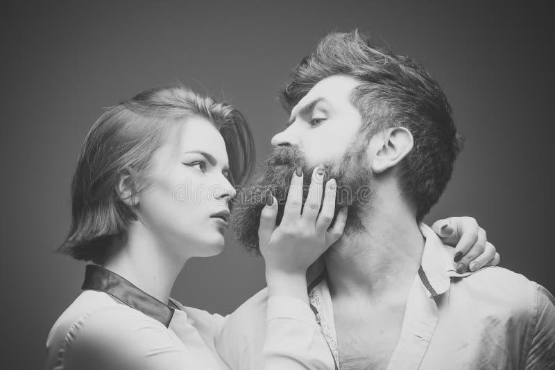 Man med det långa skägget, mustaschen och stilfullt hår, ljus bakgrund Grabben med den moderna frisyren besökte frisören arkivbilder