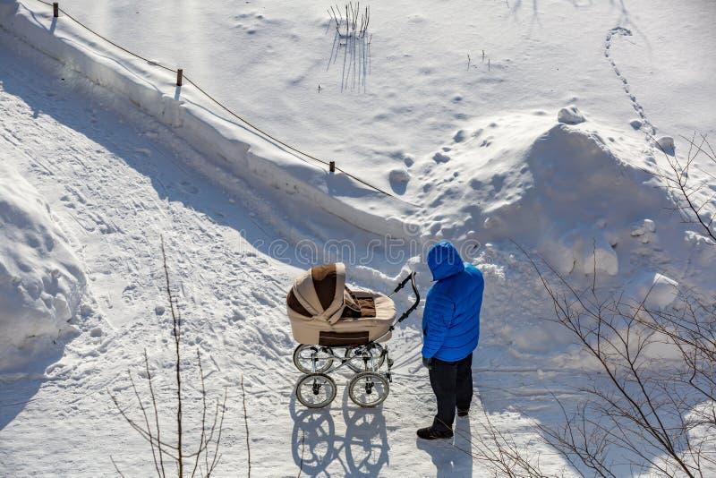 Man med en barnvagn arkivfoton