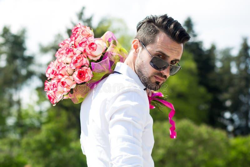 Man med en bukett av rosor royaltyfri foto