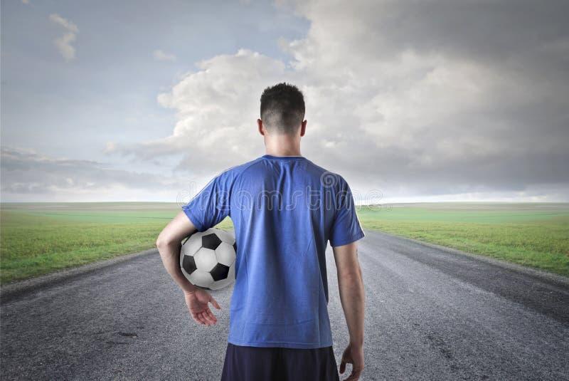 Man med en fotbollboll royaltyfria bilder