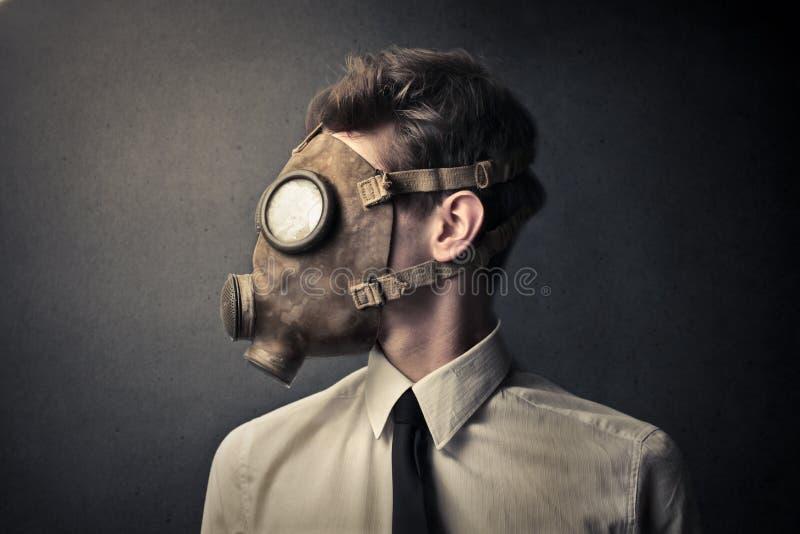 Man med en gasmask fotografering för bildbyråer