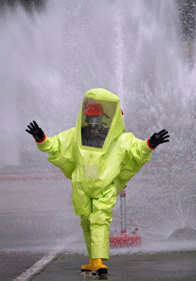 Man med en gul skyddande dräkt mot utstrålning och kemikalien royaltyfria bilder
