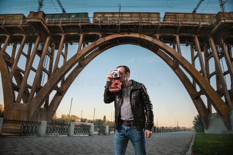 Man med en kamera i staden royaltyfri foto