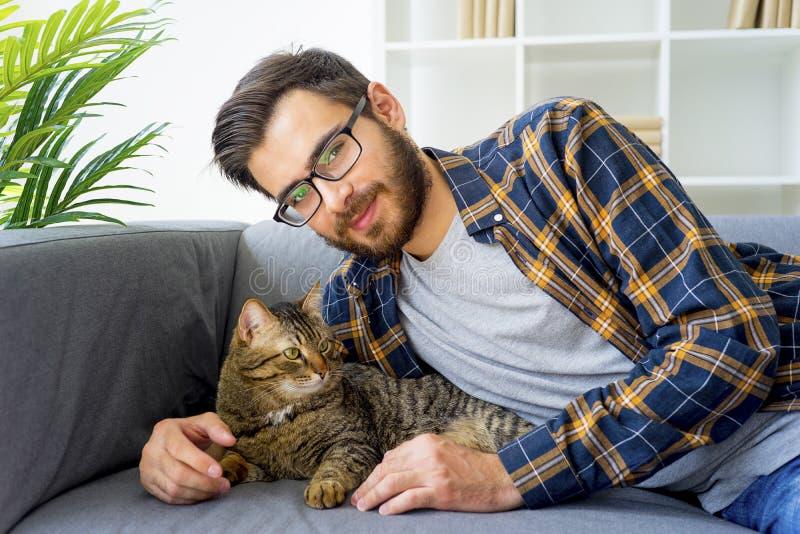 Man med en katt fotografering för bildbyråer