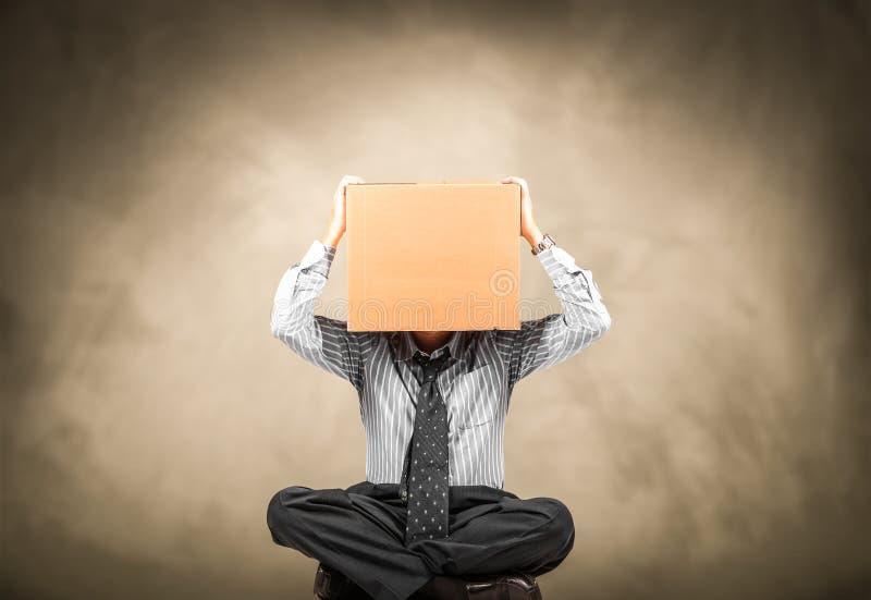 Man med en lådaask på huvudet royaltyfria foton