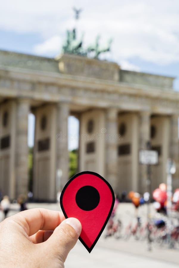 Man med en r?d mark?r i den Brandenburg porten royaltyfria bilder