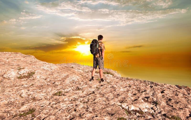 Man med en ryggsäck fotografering för bildbyråer