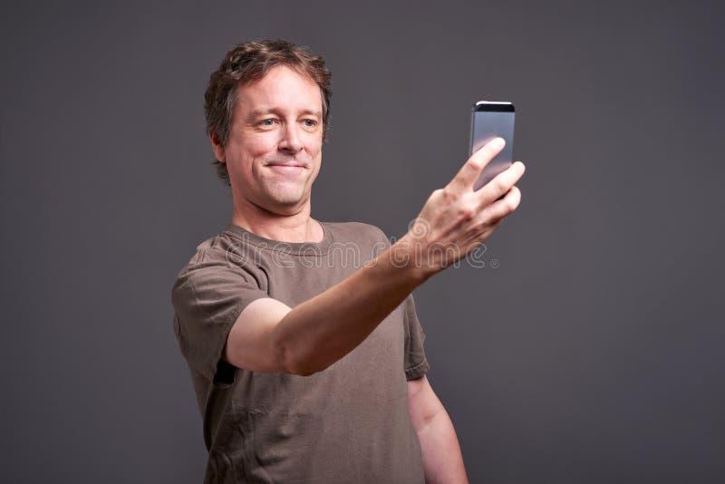 Man med en smartphone arkivfoto