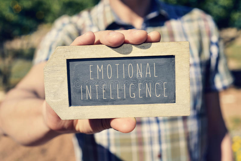 Man med en svart tavla med den emotionella intelligensen för text royaltyfri bild