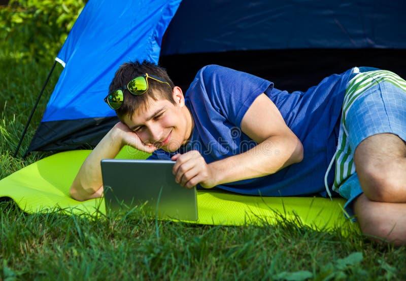 Man med en tablet royaltyfri fotografi