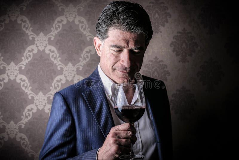 Man med ett exponeringsglas av vin royaltyfria bilder