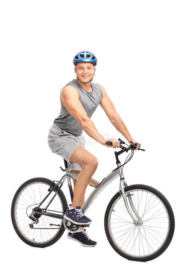 Man med ett sammanträde för blå hjälm på hans cykel arkivfoton