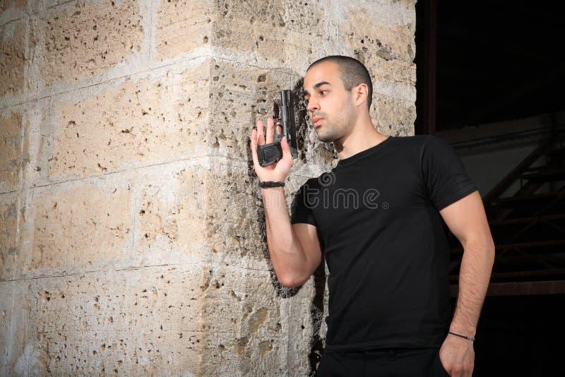 Man med ett vapen arkivfoto